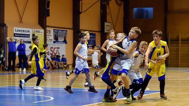 Úspěch se stříbrným leskem. Basketbalisté Jiskry Domažlice U11 (na archivním snímku hráči v bílých dresech) obsadili na Christmas Cupu druhé místo. Vyhrály Klatovy.