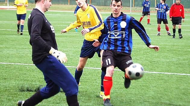 Útočník 1. FC Horšovský Týn Jakub Šot v utkání se Spartou Dlouhý Újezd.