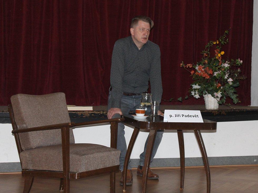 Autor Jiří Padevět během poutavého vyprávění, které pojal víceméně neformálně, přesto líbivě.