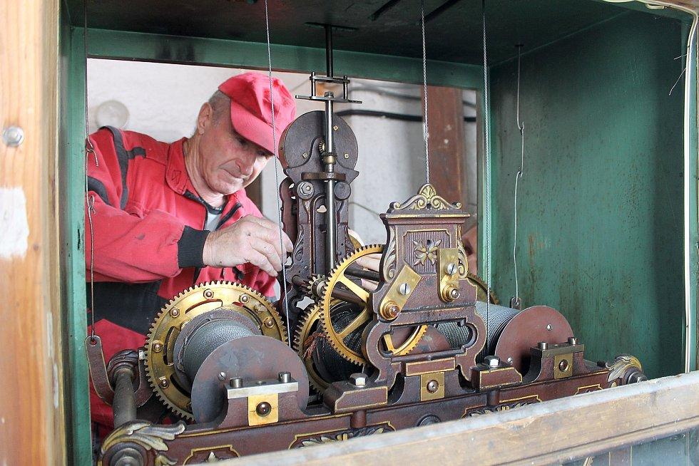 Věžní hodiny pro domažlickou radnici vyrobila v roce 1892 firma Ludvíka Hainze, od té doby se o jejich chod stále stará. Na snímku je mechanik Jaroslav Záveský.