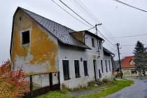 URČEN K DEMOLICI. Tento objekt by měl letos zmizet. Místo by prozatímně chtěli v Peci upravit podobně, jako je tomu v Domažlicích s prostorem po staré nemocnici.
