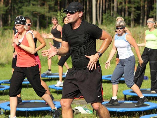 Petr Heřman při cvičení na trampolínkách.