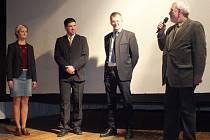 Petr Smutný (zprava) zavzpomínal společně se starostou Waldmünchenu Markusem Ackermannem na doby minulé. Na pódiu jeho svědectví poslouchal starosta Klenčí Jan Bozděch a vše do němčiny překládala vedoucí klenečského infocentra Zuzana Uhrová.