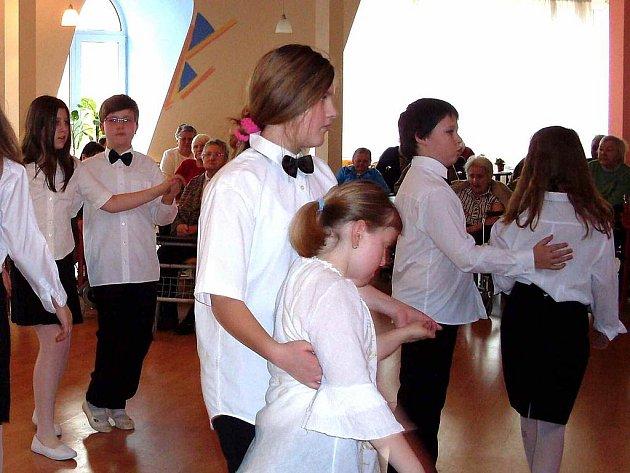 Z VYSTOUPENÍ DĚTSKÉHO KROUŽKU COUNTRY TANCŮ. Malí tanečníci svým vystoupením zpestřili seniorům pobyt v domově.