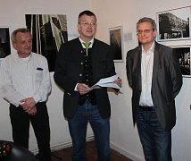 V galerii Ralpha Wenzela (zleva) v Gibachtu nemohl chybět starosta Waldmünchenu Markus Ackermann, který Chicago také navštívil, a proto ocenil kvalitu i výstižnost fotografií Joachima Schönbergera.