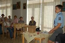 POLICEJNÍ MLUVČÍ DAGMAR BROŽOVÁ radila v domažlickém penzionu seniorům, jak nenaletět podvodníkům.