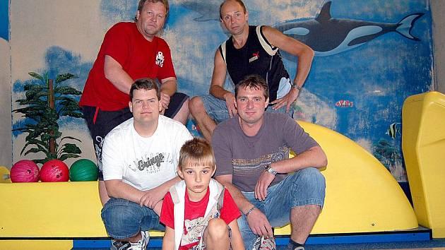 BOWLINGÁŘI DSP DOMAŽLICE většinou hrají ve složení Petr Černý, Jarda Koutník, Václav Nový, Jakub Koutník a Míra Schweiner.