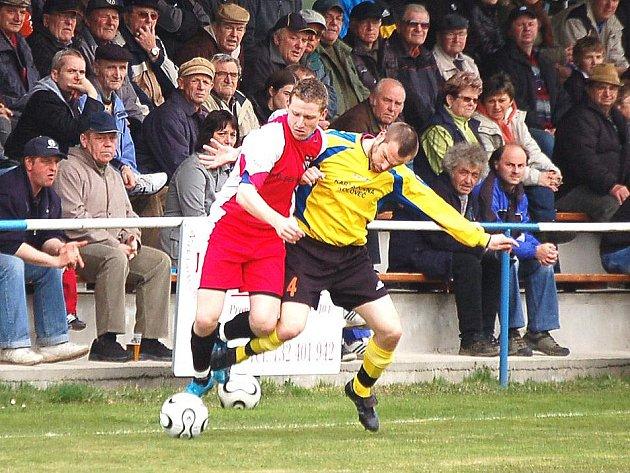 JEN BOD vytěžili v domácím prostředí v zápase s rezervou Vlašimi fotbalisté Kolovče. Na snímku bojuje o míč domácí Lukáš Došek (vpravo) s jedním z hráčů hostů.