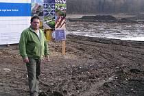 Josef Váňa u opravovaného rybníku v Ohnišťovicích.