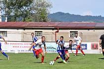V souboji o míč kapitán domácích Martin Janda a kapitán Jiskry Petr Mužík (vpravo).