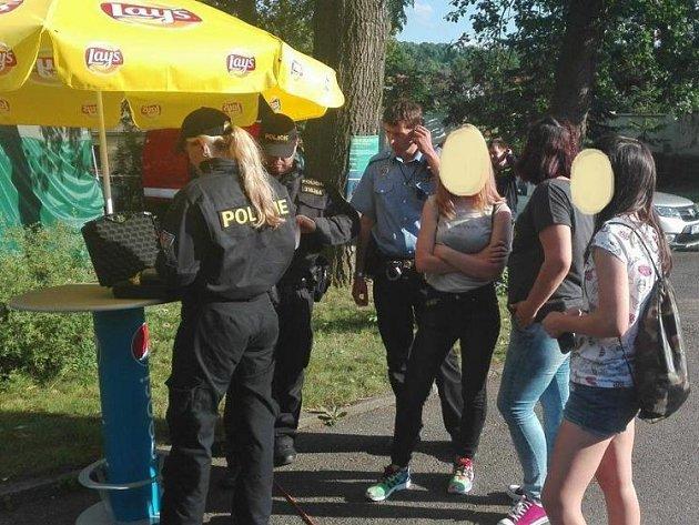Policejní kontrola v Letním kině.
