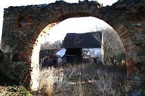 VJEZD DO SPÁLENÉHO MLÝNA. Spálený mlýn má klenutý vjezd do dvora, na snímku je vidět současný stav.
