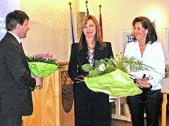 Magdě Rau (uprostřed) blahopřál k ocenění, které obdržela spolu s kyticí od Anne Lehr (vpravo), také starosta Furthu im Wald Johannes Müller.
