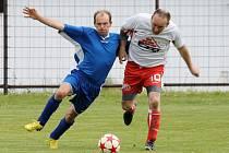 Nejlepší hráči zápasu v Klenčí. Kolovečský Martin Pluhař (v modrém) a Miroslav Hojda z Klenčí B (v červenobílém).