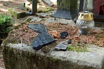 Nalezené fragmenty náhrobních desek.