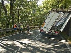 Nehoda rumunského kamionu v Loučimi.