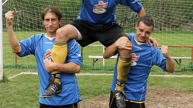 Fotbalisté TJ Sokol Osvračín Alois Wendl, nahoře Petr Bukovský a Tomáš Janka.