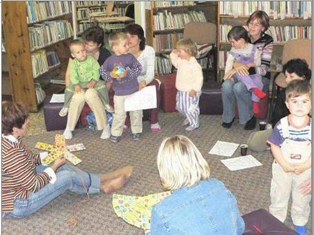 NA ČTENÍ PĚKNÝCH KNÍŽEK chodí do Městské knihovny v H. Týně s maminkami a babičkami i děti od dvou do čtyř let.