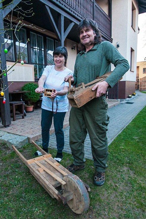 Rodina Hroníkova z Postřekova dodržuje tradici klepání už po generace. Letos kvůli vládním opatřením mohou klepat všichni. Jindy je zvyk výhradně chlapeckou záležitostí. Lidé však neobcházejí vesnici, ale klepají pouze ze svých zahrad, balkonů či oken.
