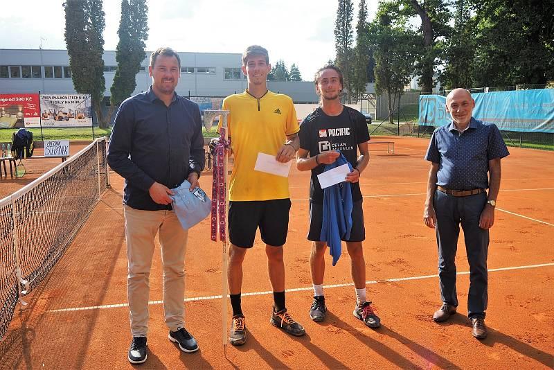 Vítěz turnaje Antonín Štěpánek (druhý zleva) a poražený finalista Dominique Graf.