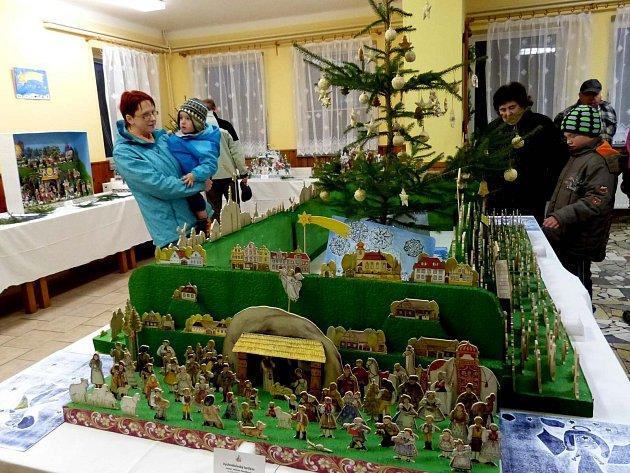 Klíčovské výstavě vévodí tento stůl se stromkem obloženým obrázky školáků a obklopený betlémy.