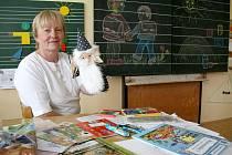 Květa Konopíková se na své nové žáčky už velice těšila. V první školní den je přivítala spolu s maňáskem kouzelníčka.