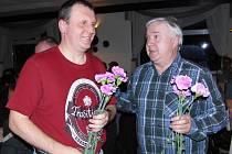 JDE SE NA TO! Starosta Babylonu Miroslav Pazdera (vpravo) a místostarosta Jan Dufek si rozdělili kytice nádherných růžovofialových karafiátů a každý z nich šel obdarovat květinou některou z přítomných žen.
