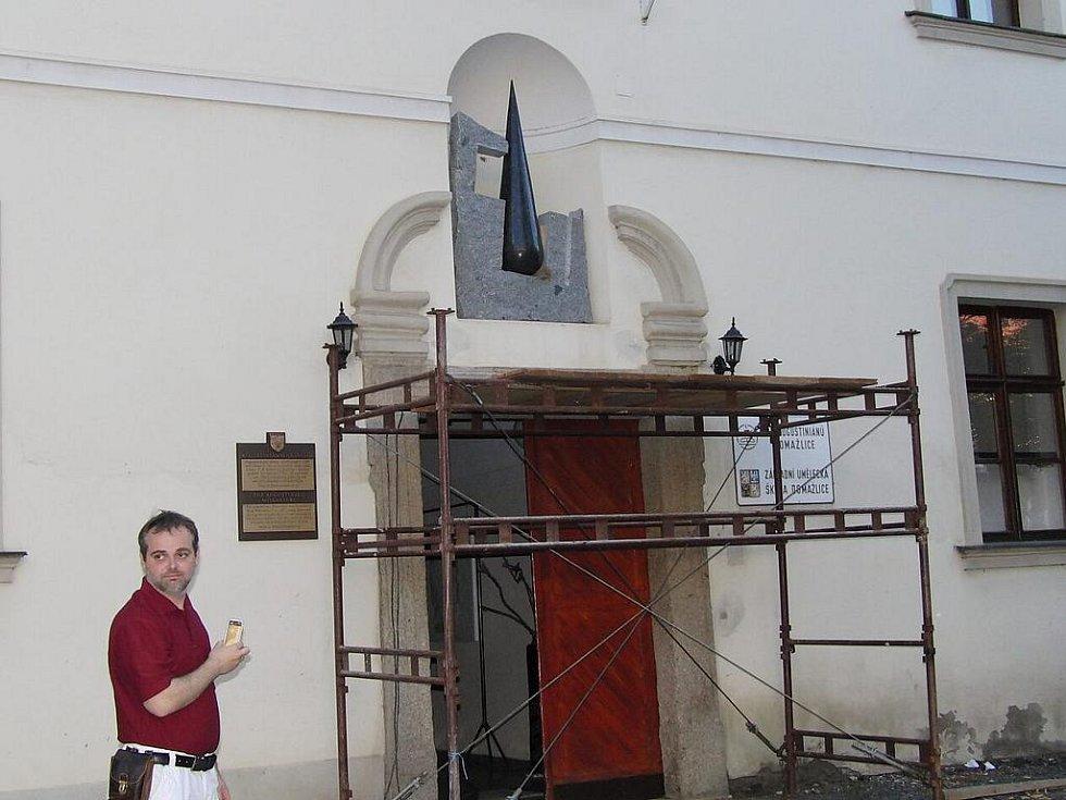 Z osazování sochy Václava Fialy na niku nad vchodem do domažlického kláštera Augustiniánů.