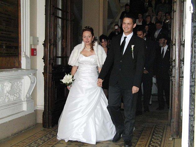 Novomanželé jdoucí z obřadní síně domažlické radnice skončili po chvíli v policejních poutech.
