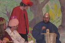 Černíkovští ochotníci sice stáli na jevišti poprvé, na jejich výkonu to však vůbec nebylo znát. Zprava Jaroslav Hrudička jako děd Vševěd, Václav Lupínek v roli prince Jasoně, Luboš Polák jako Zlatovláska a král Martin Najnar