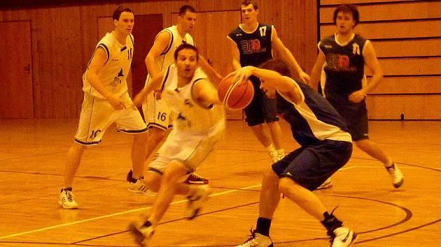 Z utkání basketbalistů Jiskry Domažlice s týmem ze Strakonic.