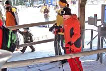 LYŽAŘI UŽ SE HRNOU. Sněhové informace, počasí , online kameru, ceny jízdného a vše okolo Hohen–Bogenu naleznete na www.hohenbogen.de.