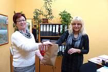 Z losování umístění volebních stran na hlasovacím  lístku pro opakované komunální volby v Babylonu. Vlevo Marie Buršíková, vpravo Dagmar Murínová.