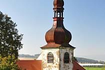 Věž kostela v Třebnicích.