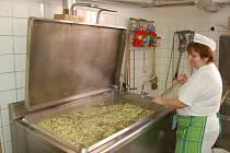 DOMAŽLICKÁ ŠKOLNÍ JÍDELNA vaří denně na 1750 obědů. Odstávka kvůli rekonstrukci bude trvat čtyři měsíce.