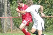 UTEČU TI! Holýšovský kapitán Tomáš Tlustý se snaží obrat o míč soupeře.