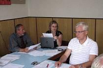 Zastupitelka Jana Fišerová přečetla svým klenečským kolegům návrh protihlukové vyhlášky . Vlevo sedí Jiří Pittner, vpravo Jan Veber.