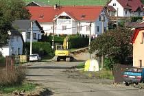 Brůdečtí mají před domy staveniště. I přes prach a zákopy hodlají vydržet, těší se na novou silnici.