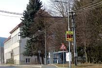 MĚŘIČ RYCHLOSTI je umístěn v Klenčí pod Čerchovem v blízkosti autobusové zastávky v sousedství Masarykovy základní školy.