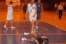 Z utkání basketbalistů Jiskry Domažlice se soupeřem z Rokycan.