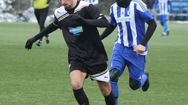 Ze zápasu Viktoria Plzeň U21 (v černém) vs. Jiskra Domažlice (v modrobílých dresech).