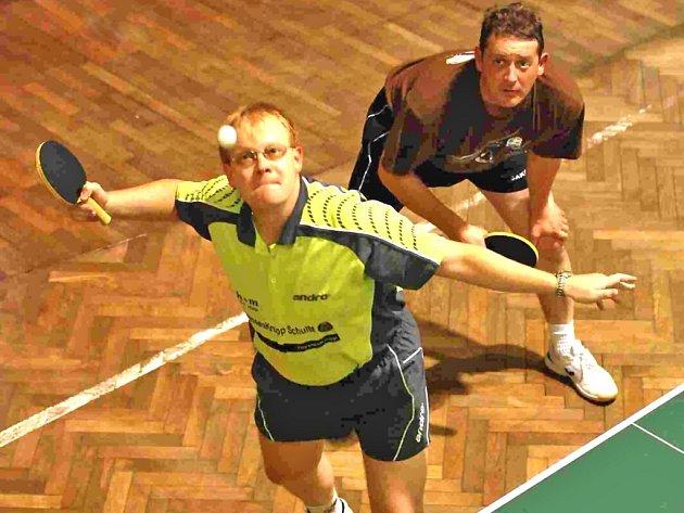 UKÁZKOVÉ PODÁNÍ. Na snímku dvojice Ulli Hosse (při podání) a jeho kolega ze soutěže dvojic mužů, Peter Schamberger. Členové oddílu SV Neukirchen svou skvělou hrou ovládli turnaj dvojiček, kde nepoznali přemožitele