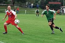 VÍTĚZNÉ UTKÁNÍ. V druhém kole divizní skupiny A si Jiskra Domažlice zajela v derby utkání do Vejprnic, kde vyhrála 0:1 gólem martina Schötterleho. O míč bojuje domažlický Petr Mužík s Holým (vlevo).
