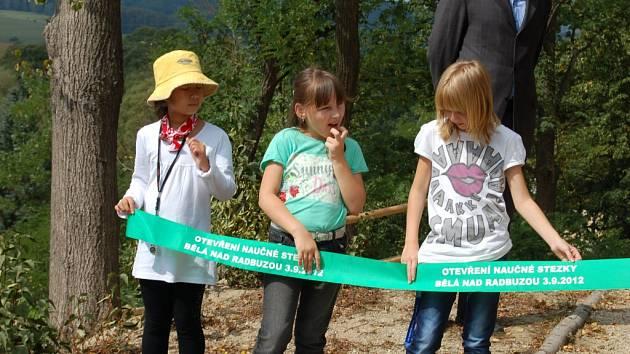 Z otevření naučné stezky u bělské školy.
