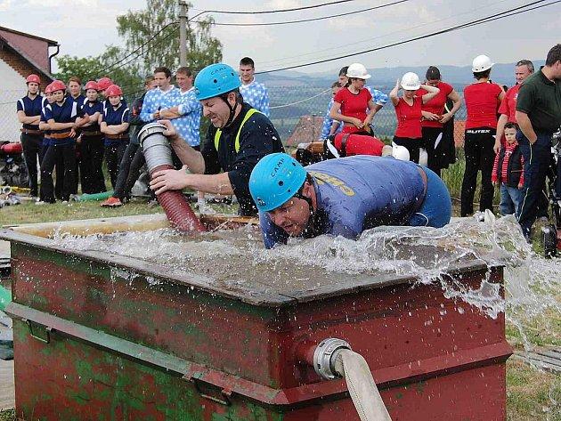 Z okrskové soutěže dobrovolných hasičů v Dílích.