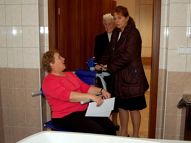 NOVÝ POMOCNÍK. Marie Novotná si v novém městském penzionu vyzkoušela, jak je díky němu snadné dostat ředitelku Venuši Klimentovou do vany.