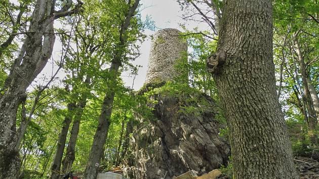 Opravená hradní věž hradu Starý Herštejn.