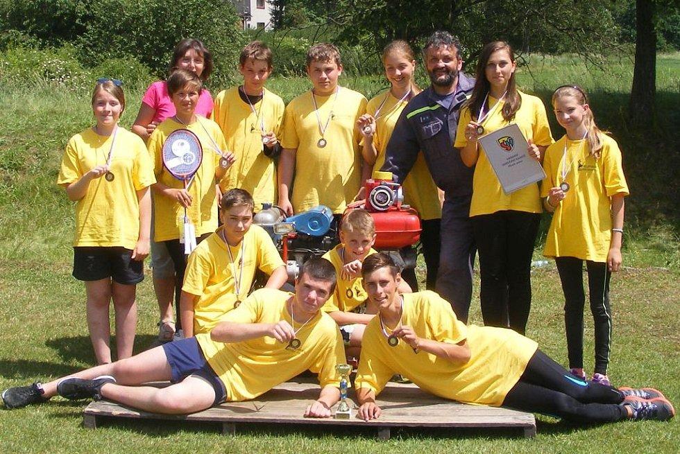 DRUŽSTVO MLADÝCH HASIČŮ Z CHODSKÉ LHOTY vybojovalo třetí místo v krajském kole hry Plamen.