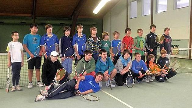 MEZINÁRODNÍ UTKÁNÍ V CHAMU. Mladí tenisté Jiskry Domažlice se v tenisové hale v Chamu utkali se soupeři z Falkensteinu a Willmeringu.