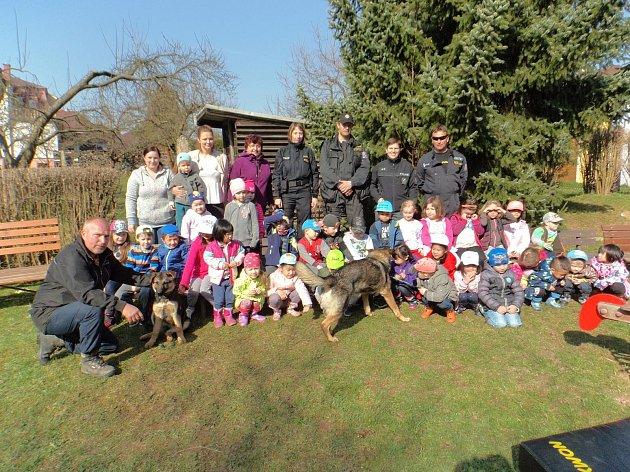Třída se pak se všemi policisty i psovody se psy vyfotila na závěr akce, která proběhla dopoledne během výuky. Dětem se takové zpestření líbilo.